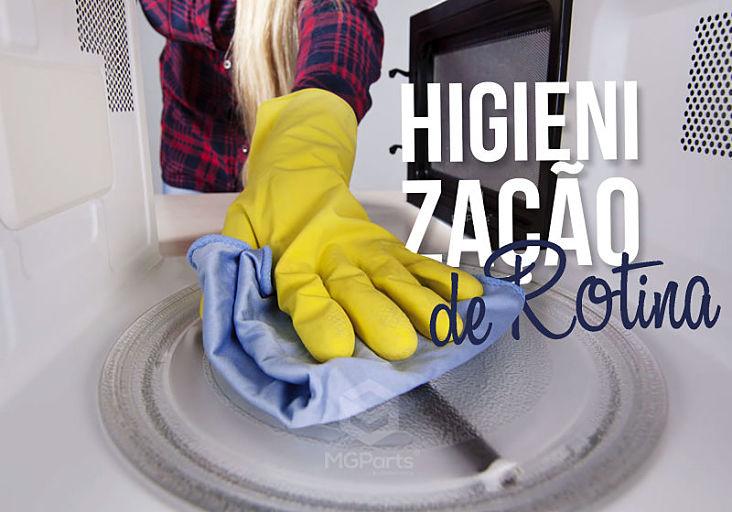 pessoa limpando parte interna do micro ondas de luvas