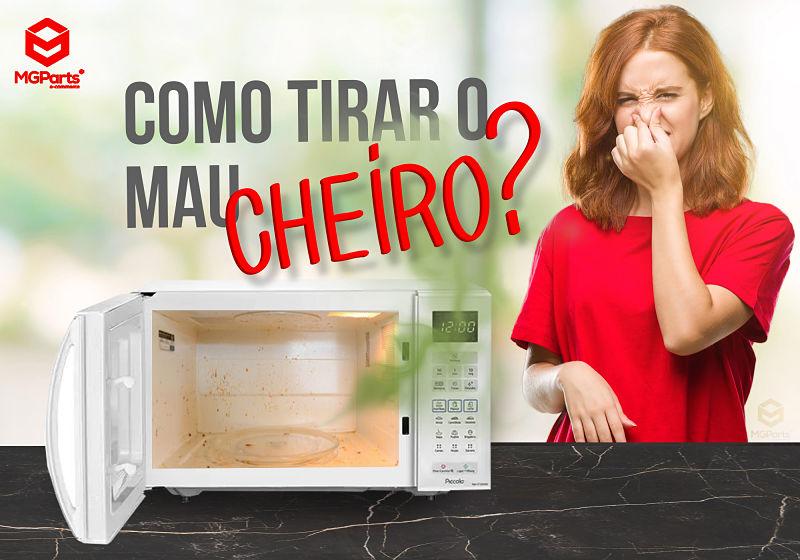 Mulher tampando o nariz com o microondas ao lado aberto saindo um mau cheiro