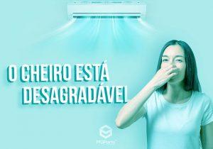 Mulher tampando o nariz na frente e o ar condicionado soltando mal cheiro ao fundo