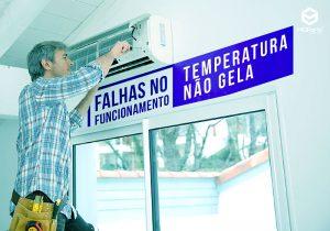 Técnico fazendo manutenção no ar condicionado em cima de uma escada