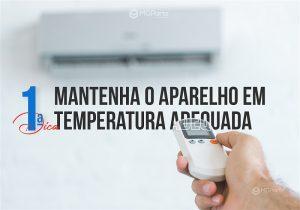 mão apontando controle de ar condicionado para aparelho na parede